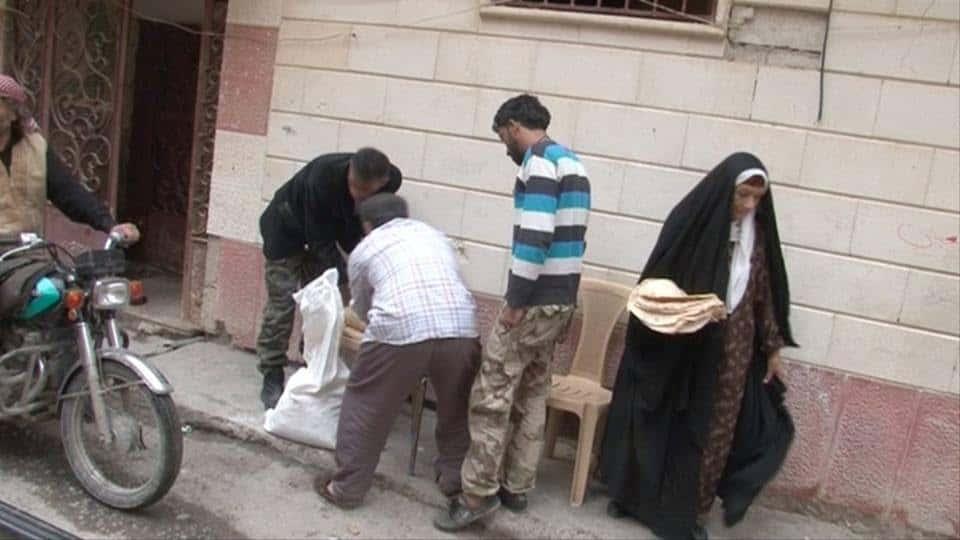 Photo of 16 ساعة انتظار للحصول على 18 رغيف خبز في أحياء ديرالزور المحاصرة