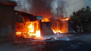سوريا - دمشق - عربين -18-10-2012 - محاولة الاهالي اطفاء حريق نتيج عن سقوط قذيفة مورتر (4)