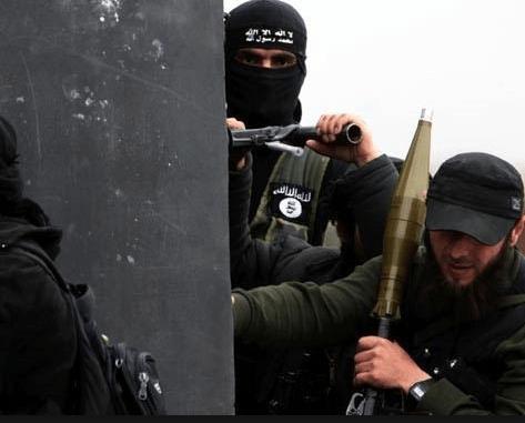 "Photo of عناصر داعش يتنازعون على ""الغنائم"" في بلدة التبني…والتنظيم يتدخل"