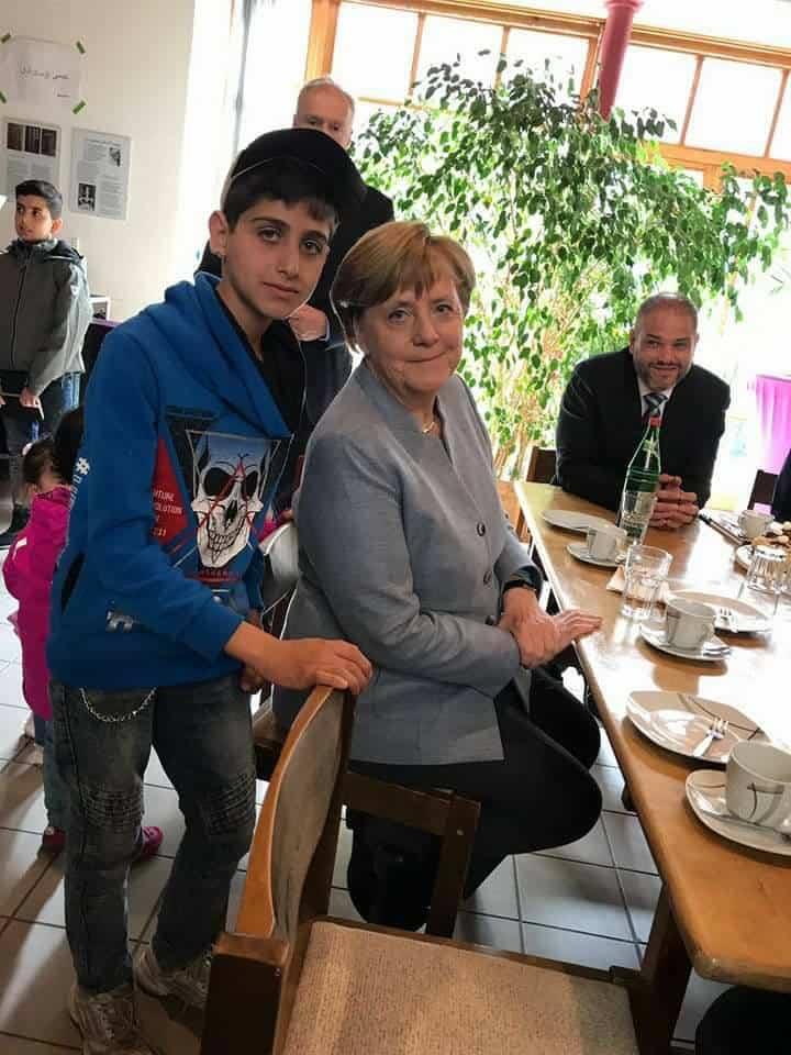 Photo of المستشارة الألمانية أنجيلا ميركل تقوم بتكريم طفل من مدينة البوكمال لتفوقه الكبير