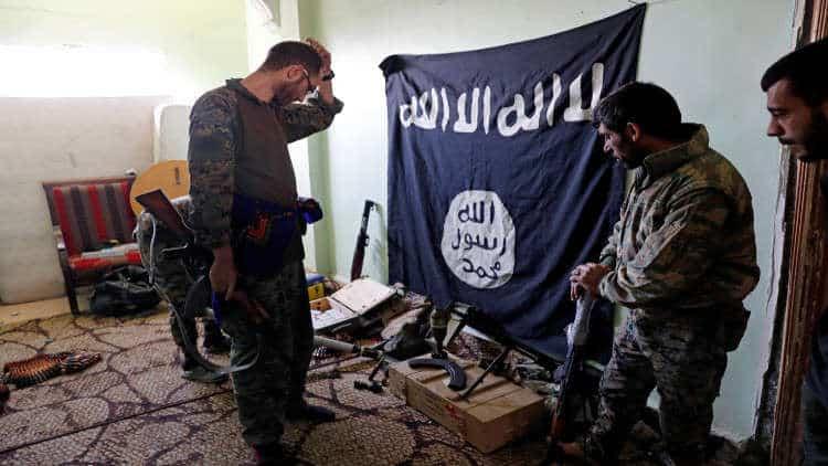 Photo of اعتقال قيادي في استخبارات داعش كان مسؤولاً عن عمليات عسكرية سرية في ديرالزور والرقة!